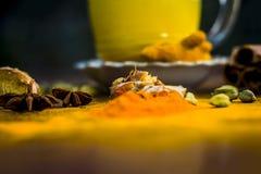 Dodh de wala de Haldi ou lait adouci d'or avec toutes les épices sur la surface en bois photos stock