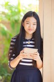 Dodici anni del bambino asiatico che sta con il fronte sorridente di felicità Immagini Stock