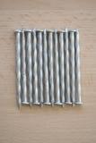 Dodici chiodi parallelamente su legno Fotografie Stock Libere da Diritti