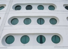 Dodici oblò sull'arco della nave da crociera Fotografia Stock