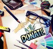 Doe o conceito generoso das mãos da caridade do dinheiro imagens de stock royalty free