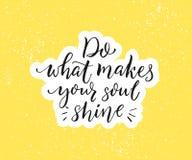 Doe wat uw ziel maakt glanzen Positief inspirational citaat Zwarte borstelkalligrafie op gele achtergrond motieven stock illustratie