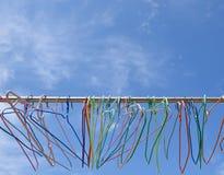 Doekhangers en blauwe hemel Stock Afbeeldingen