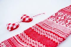 Doekharten dichtbij rode sjaal Royalty-vrije Stock Foto's