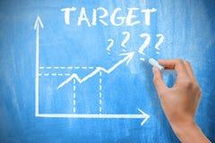 Doelconcept met bedrijfsvrouwentekening het groeien pijlen op bord Royalty-vrije Stock Foto