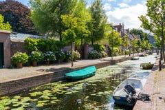 Doelengracht kanal i Leiden, Nederländerna Arkivbilder