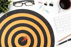 Doelpijl die op bullseye over bureaulijst raken Royalty-vrije Stock Foto