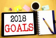 2018 doelstellingen Bedrijfsconcept voor financiële planning, bedrijfsdiestrategie op tabletlaptop wordt geschreven, houten achte royalty-vrije illustratie