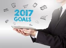 2017 doelstellingen concept, jonge mens die een tabletcomputer houden Stock Afbeeldingen