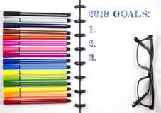 2018 doelstellingen de tekst op witte sketchbook met van het kleurenpen en oog glazen, Hoogste Mening/Vlak legt Stock Foto's
