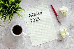 Doelstellingen lijst voor 2018 Blad van document dichtbij pen en kop van koffie op grijs steen achtergrond hoogste meningsmodel Royalty-vrije Stock Fotografie