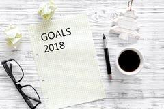 Doelstellingen lijst voor 2018 Blad van document dichtbij pen, glazen en kop van koffie op grijs houten achtergrond hoogste menin Stock Foto's