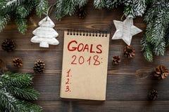 Doelstellingen lijst voor 2018 Notitieboekje dichtbij nette takken en denneappels op houten hoogste mening als achtergrond Stock Fotografie