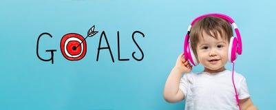 Doelstellingen met doel met peuterjongen met hoofdtelefoons royalty-vrije stock foto