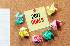 Doelstellingen voor nieuw jaar 2017 met afvaldocument concept Stock Foto