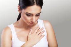 Doença cardíaca Dor de caixa Enfarte do curso Sensações dolorosas fortes O conceito da saúde em um fundo cinzento Imagens de Stock