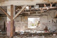 Doen ineenstorten dak van het totale beschadigde binnenlandse huis binnen van natuurramp of catastrofe royalty-vrije stock afbeelding