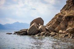 Doen ineenstorten stuk van rots dichtbij de Zwarte Zee stock afbeeldingen