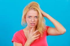 Doen schrikken, angst aangejaagde vrouw in vrees in ogen royalty-vrije stock foto