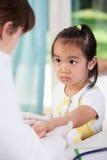 Doen schrikken Aziatisch meisje vóór vaccin Royalty-vrije Stock Afbeelding