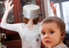 Doen schrikken baby tegen gekke moeder Royalty-vrije Stock Foto