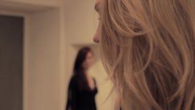 Doen schrikken blondemeisje die ongerustheidsblik van vijandig brunette voelen stock footage