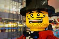 Doen schrikken die mens, heer in een hoed met een snor, geel, van ontwerperkubussen wordt gemaakt royalty-vrije stock afbeelding