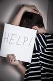 Doen schrikken en misbruikte jonge jongen Stock Foto's