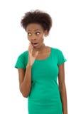 Doen schrikken en verrast geïsoleerd zwart Afrikaans Amerikaans meisje in gre Stock Foto's