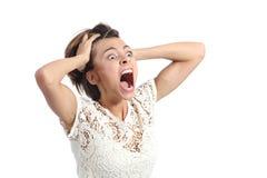 Doen schrikken gekke vrouw die met handen op hoofd schreeuwen Royalty-vrije Stock Afbeeldingen