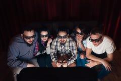 Doen schrikken geschokte vrienden in 3d film van het glazenhorloge Royalty-vrije Stock Foto