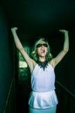 Doen schrikken jong meisje die alleen binnen van dark gillen Royalty-vrije Stock Fotografie