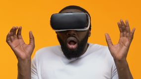 Doen schrikken jonge mens die in vrbeschermende brillen simulatiespel, bang gemaakt verschrikkingseffect spelen stock footage