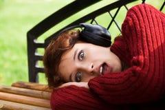 Doen schrikken jonge vrouw die aan muziek luistert. stock foto