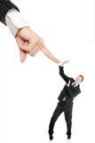 Doen schrikken jonge zakenman bang van grote hand stock afbeeldingen