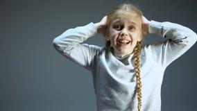 Doen schrikken kind gillende en sluitende oren, lichten die, militaire aanval opvlammen stock videobeelden