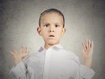 Doen schrikken kindjongen Stock Foto's