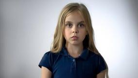 Doen schrikken meisje die camera met vrees, de bescherming van kinderenrechten bekijken royalty-vrije stock foto