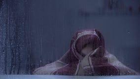 Doen schrikken meisje die die met deken behandelen door donder op regenachtige dag bang wordt gemaakt stock video