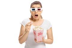 Doen schrikken meisje met 3D glazen en popcorn Royalty-vrije Stock Foto's