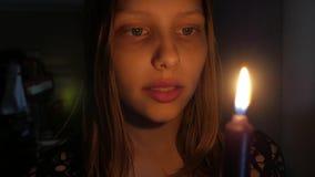 Doen schrikken meisje met een kaars stock footage