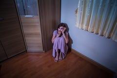Doen schrikken misbruikte vrouwenzitting in de hoek Royalty-vrije Stock Foto's