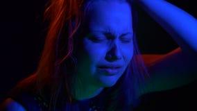 Doen schrikken tienermeisje met in dark stock video