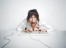 Doen schrikken vrouw bij haar bureau royalty-vrije stock afbeelding