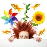 Doen schrikken vrouw met verschillend voorwerp op haar hoofd Stock Foto's