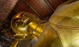 Doend leunen gouden het standbeeldgezicht van Boedha Stock Afbeeldingen