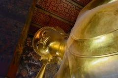 Doend leunen gouden het standbeeldgezicht van Boedha Stock Foto's