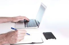 Doend online onderzoek Stock Foto's