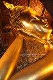 Doende leunen Boedha in Bangkok Stock Foto