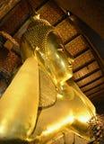 Doende leunen Boedha in de tempel van Wat Pho Stock Afbeeldingen
